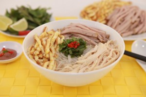 Vermicelli Soup with Chicken, Pork Roll and Egg (Bun Thang) | recipe from runawayrice.com