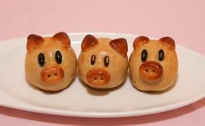 Piggy Moon Cakes (Banh Trung Thu / Banh Nuong) | recipe from runawayrice.com