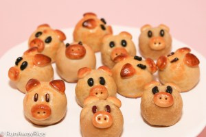 Piggy Mooncakes (Banh Trung Thu / Banh Nuong) | recipe from runawayrice.com