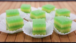 Steamed Layer Cake (Banh Da Lon) - These snack-sized bites are so hard to resist! | recipe from runawayrice.com