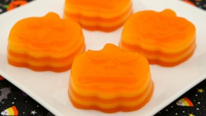 Pumpkin-shaped Steamed Layer Cake (Banh Da Lon) - A Halloween twist on a popular Viet snack cake | recipe from runawayrice.com