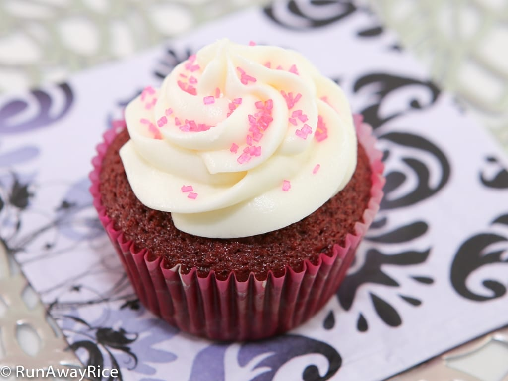 Learn the tricks for making super-moist and fluffy Red Velvet Cupcakes | recipe from runawayrice.com