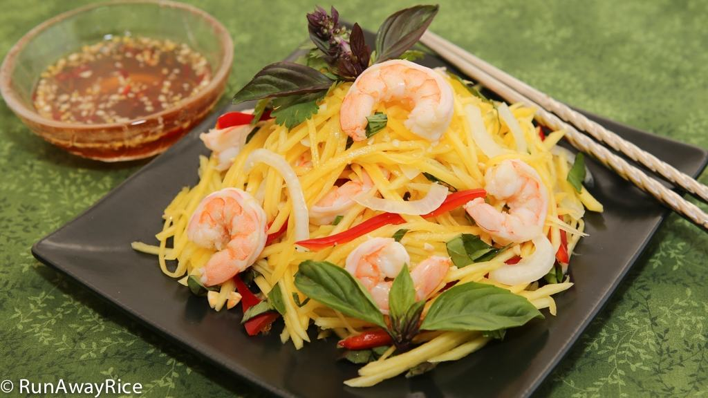 Mango Salad with Shrimp - refreshing flavorful salad, super easy to make | recipe from runawayrice.com