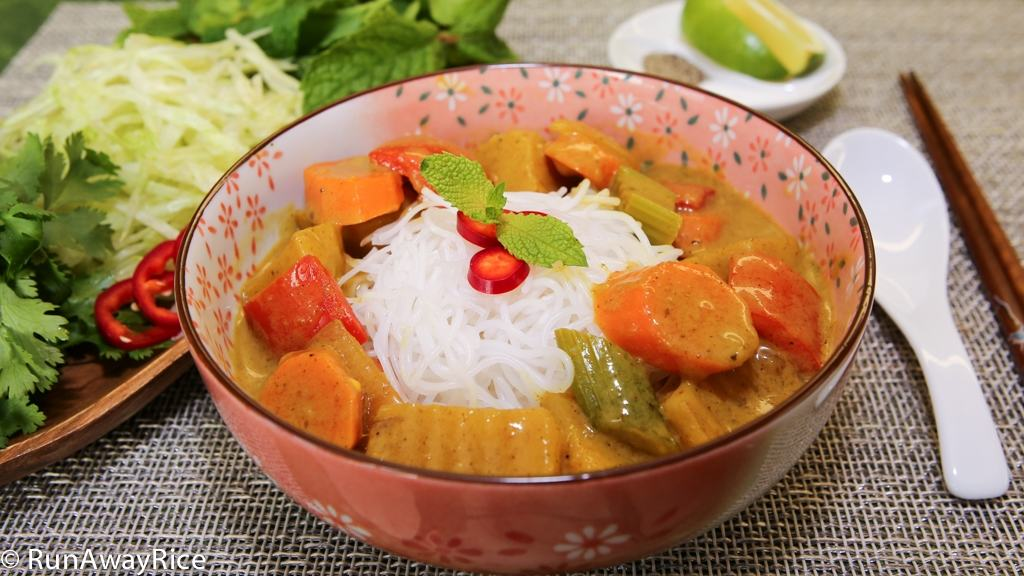 A must-try dish! Vietnamese-style Vegetable Curry served over rice noodle | recipe from runawayrice.com