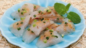 Clear Shrimp and Pork Dumplings (Banh Bot Loc Tran) - The chewy and silky texture of these scrumptious dumplings are absolutely addicting! | recipe from runawayrice.com