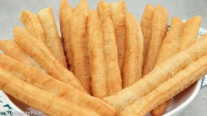 No-Fail Recipe for Fried Breadsticks (Dau Chao Quay / Youtiao / Patongka) | recipe from runawayrice.com