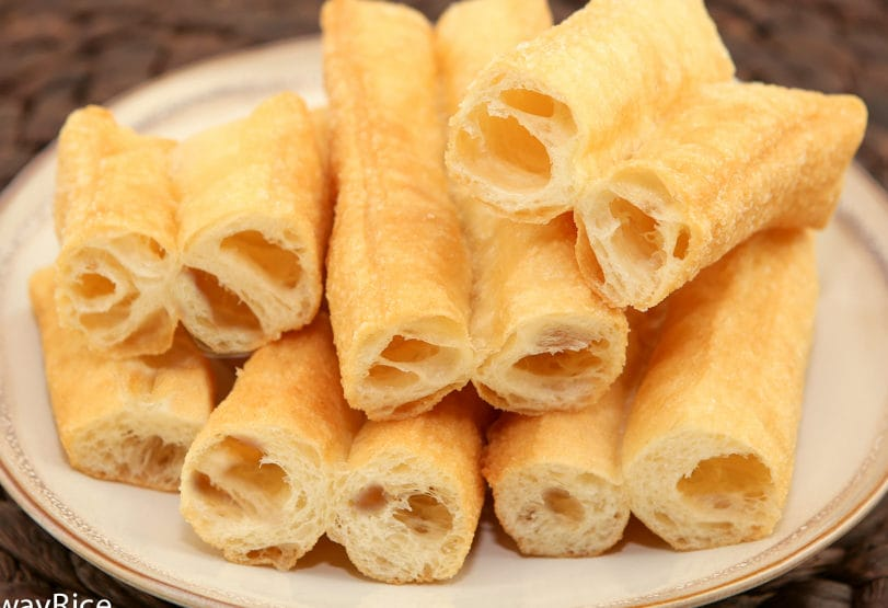 The MOST Amazing Fried Breadsticks (Dau Chao Quay / Youtiao / Patongka) | recipe from runawayrice.com