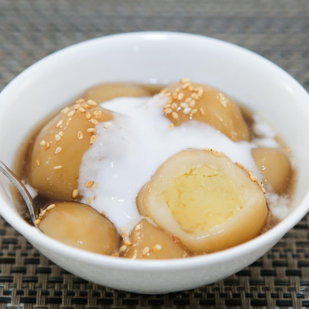 A delicious warm dessert: Sticky Rice Balls (Che Troi Nuoc)   runawayrice.com