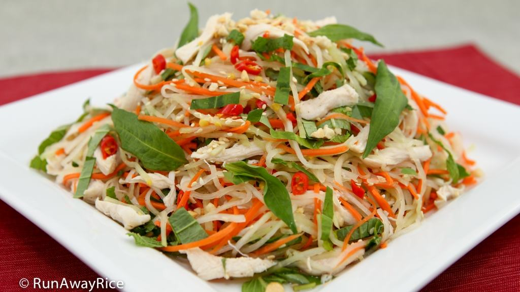 Kohlrabi Chicken Salad (Goi Su Hao Thit Ga) - refreshing and crispy salad with a flavorful dressing | recipe from runawayrice.com