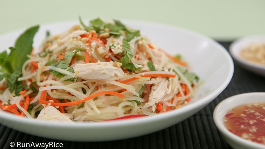 Kohlrabi Chicken Salad (Goi Su Hao Thit Ga) - scrumptious, refreshing salad with a zesty dressing | recipe from runawayrice.com