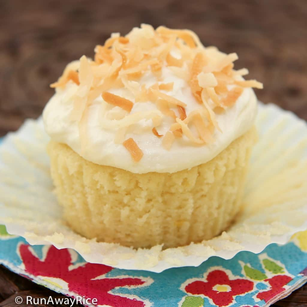 Lemon and Coconut Cupcakes with Cream Cheese Frosting - heavenly summer treat! | recipe from runawayrice.com