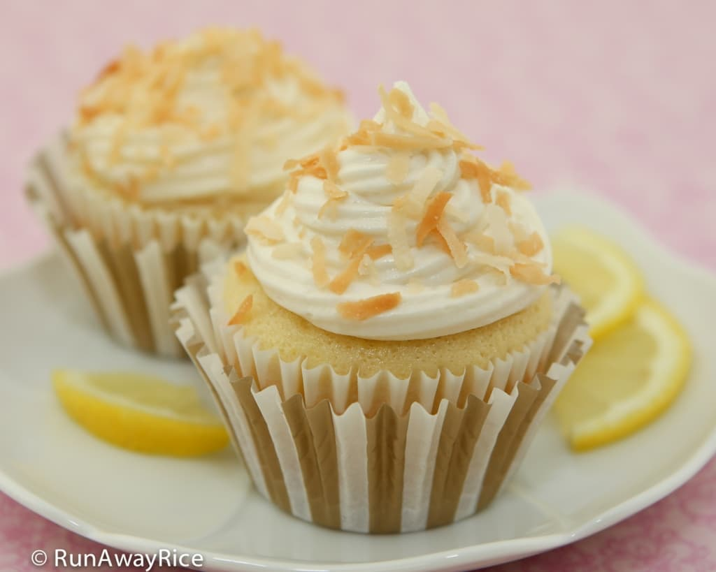 Lemon Cupcakes with Cream Cheese Frosting and Toasted Coconut Flakes | recipe from runawayrice.com