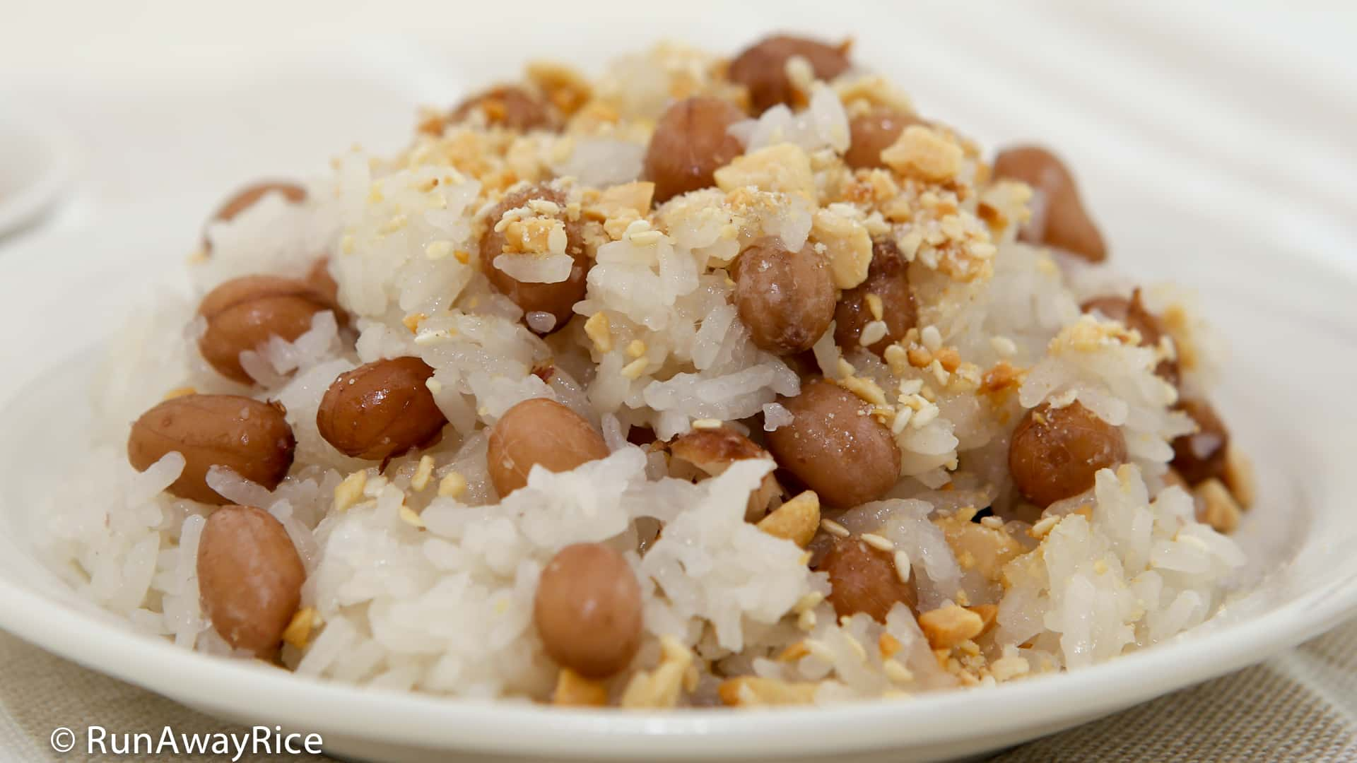 Sticky Rice and Peanuts (Xoi Dau Phong) - delicious and healthy breakfast! | recipe from runawayrice.com