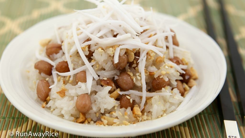 Sticky Rice with Peanuts (Xoi Dau Phong) - sprinkled with crushed peanut/sesame topping and shredded young coconut, this makes an amazing snack| recipe from runawayrice.com