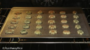 Baking Cream Cheese Spritz Cookies - fun to make and so yummy! | recipe from runawayrice.com