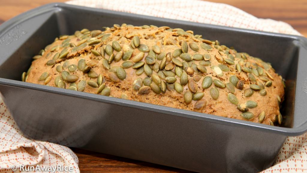 Pumpkin Spice Bread - enjoy autumn's best flavors with this delicious sweet bread | recipe from runawayrice.com