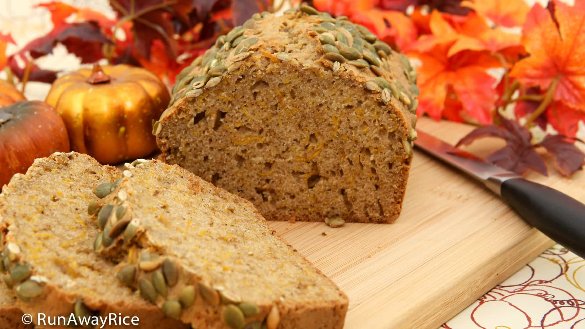 Pumpkin Spice Bread - enjoy the flavors and aroma of autumn in this delicious bread | recipe from runawayrice.com