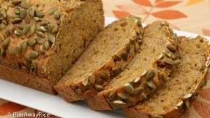 Pumpkin Spice Bread - hearty and aromatic | recipe from runawayrice.com