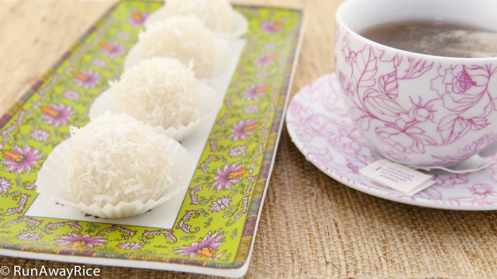 Snowball Cakes / Mochi Cake / Nut-Filled Glutinous Rice Balls / Banh Bao Chi - a perfect sweet treat to go with tea! | recipe from runawayrice.com