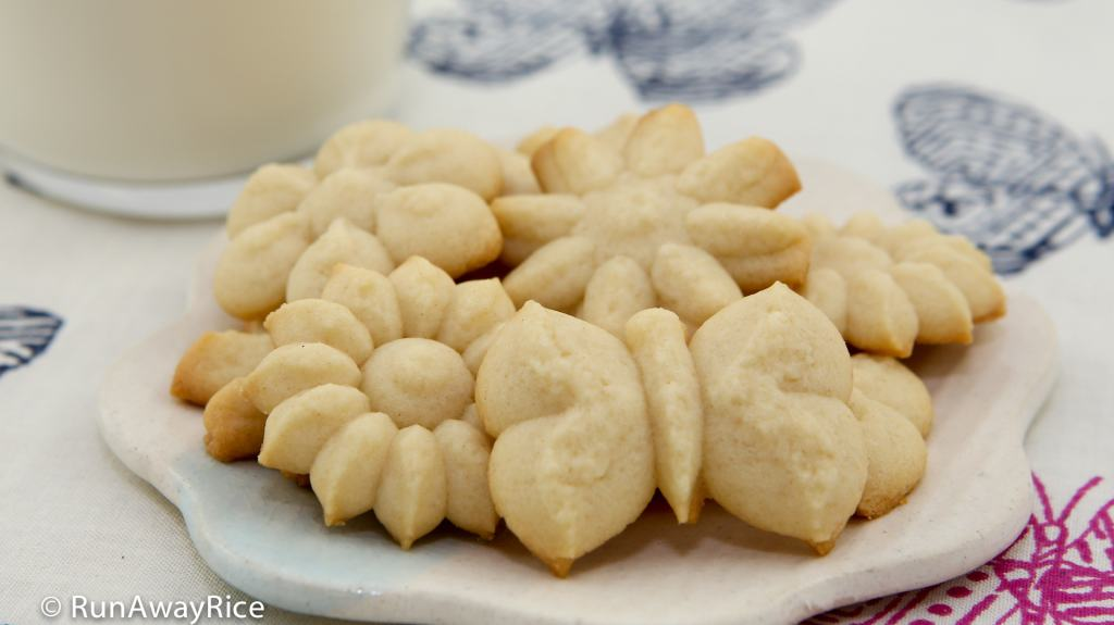 Butter Cookies (Banh Bo) - super easy, pressed cookie recipe | recipe from runawayrice.com
