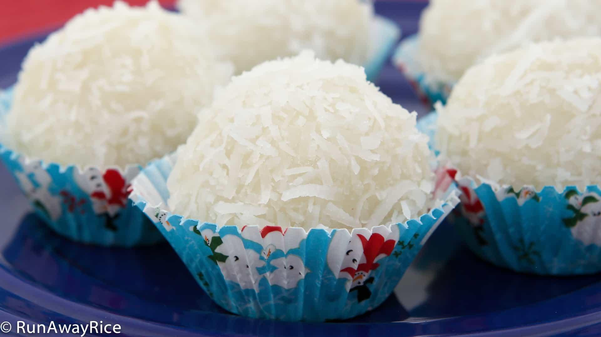 Snowball Cakes / Vietnamese Mochi / Nut-Filled Mochi Cakes / Banh Bao Chi - festive Snowball Cakes, a tasty holiday treat! | recipe from runawayrice.com
