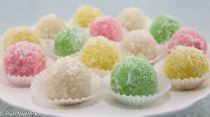 Snowball Cakes / Mochi Cake / Nut-Filled Glutinous Rice Balls / Banh Bao Chi - easy recipe for this popular Vietnamese treat | recipe from runawayrice.com