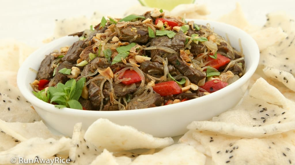 Beef Stir-Fry Appetizer / Bo Xao Lan - Stir-Fried Beef, Red Bell Peppers, Wood Ear Mushrooms, Bean Thread Noodle and Savory Spices Served with Puffed Sesame Rice Crackers | recipe from runawayrice.com