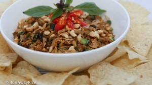Baby Clams and Basil Appetizer (Hen Xao) - Served with Tortilla Chips | recipe from runawayrice.com