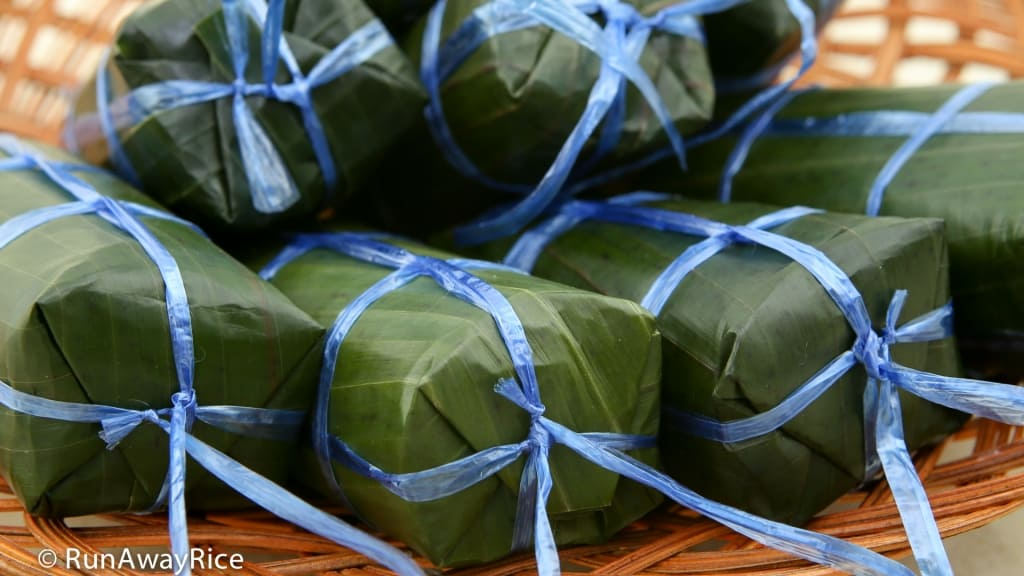 Sticky Rice and Banana Cakes (Banh Tet Chuoi) - Delicious sweet cakes wrapped in banana leaves | recipe from runawayrice.com