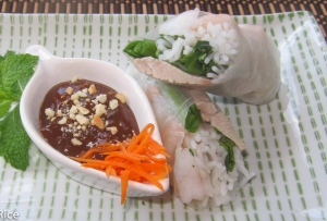 Spring Rolls with Pork and Shrimp (Goi Cuon) served with Hoisin Peanut Dipping sauce | recipe from runawayrice.com