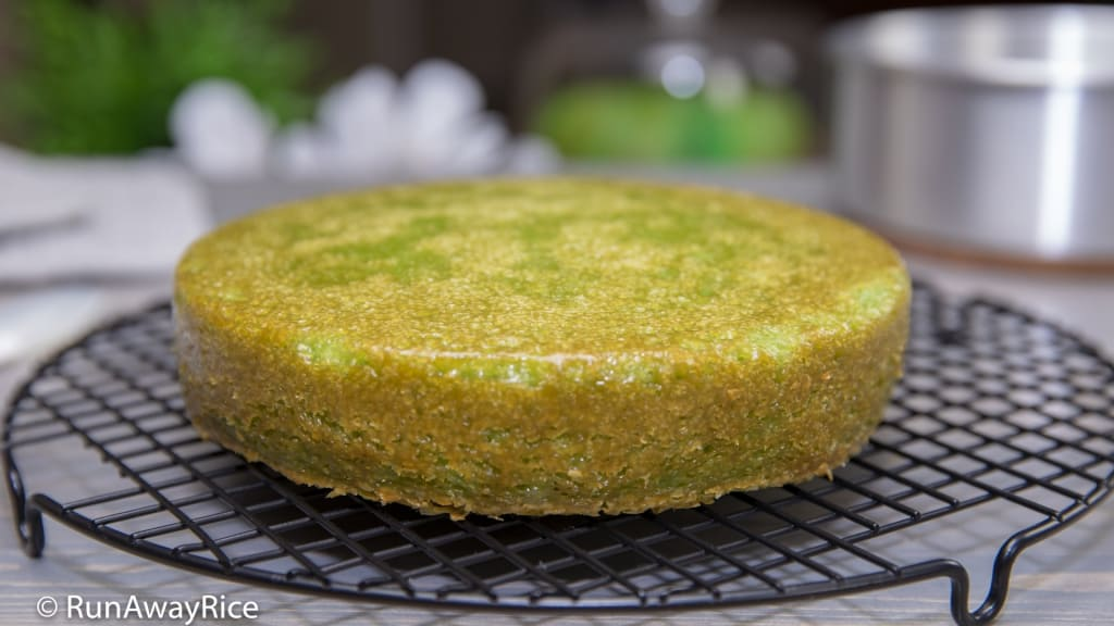 Honeycomb Cake - Eggless/Vegetarian Recipe (Banh Bo Nuong Chay) - Delicious Pandan flavored cake made without eggs | recipe from runwayrice.com