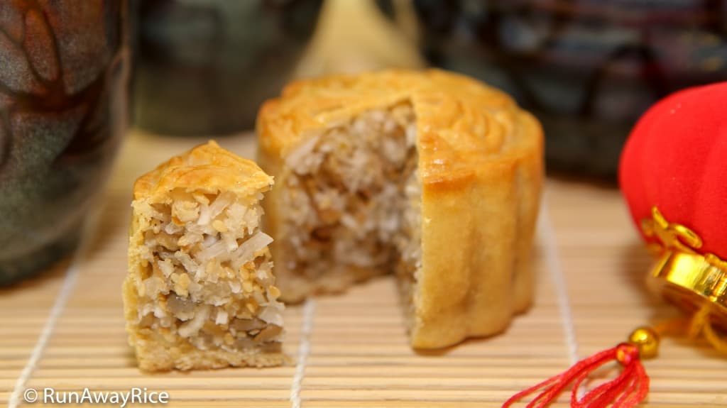 Essential Mooncake Guide (Banh Trung Thu) with Recipes | from runawayrice.com