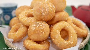 Vietnamese Donuts (Banh Cam Banh Vong) - Crispy Gluten-Free Donuts | recipe from runawayrice.com