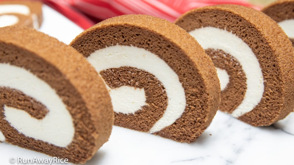 Chocolate Roll Cake (Banh Cuon Chocolate) - Asian Bakery-Style Dessert! | recipe from runawayrice.com