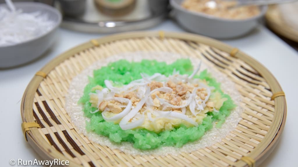 Pandan Sticky Rice with Tapioca Paper (Xoi Boc Banh Trang) - Delicious Breakfast Treat! | recipe from runawayrice.com