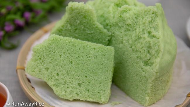 Steamed Pandan Cake (Banh La Dua Hap) - Easy Instant Pot Recipe, Super Fluffy and Moist Cake!   recipe from runawayrice.com