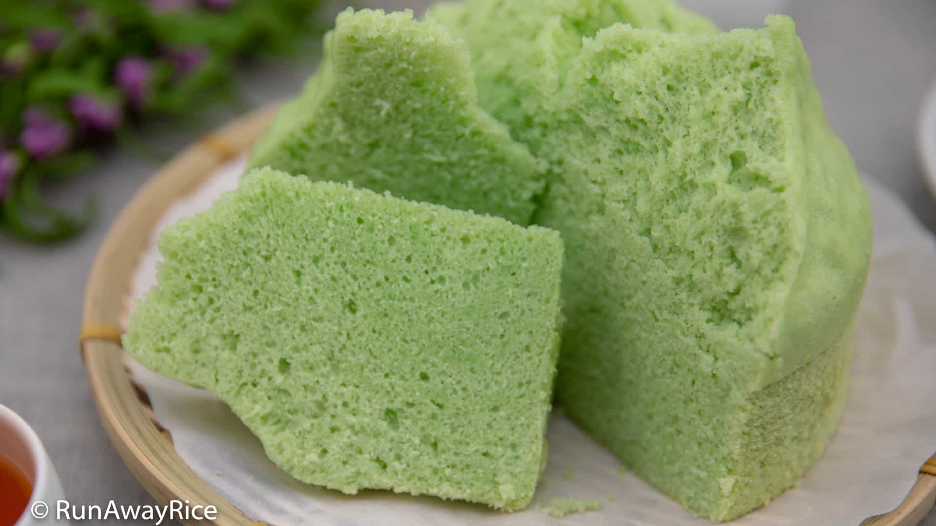 Steamed Pandan Cake (Banh La Dua Hap) - Easy Instant Pot Recipe, Super Fluffy and Moist Cake! | recipe from runawayrice.com